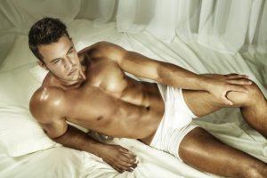 Mann befriedigen, Mann im Bett